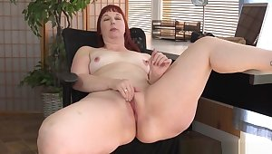American Milf Scarlett Spreads Will not hear of Thunder Thighs